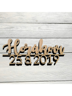 Dřevěné příjmení s datem svatby